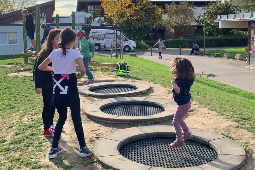 Spielfläche auf dem Pausenhof der Rainbrunnenschule: Hier kann gesprungen, balanciert und getobt werden.