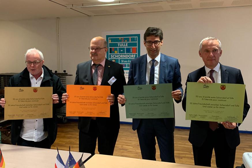 M. Barrate, T. Röder, OB Klopfer und sein Tuller Amtskollege B. Combes (v.l.) erneuern den Freundschaftsvertrag für die deutsch-französische Partnerschaft.