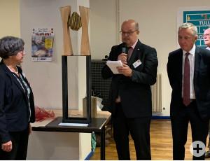 Thomas Röder übergibt im Namen des Partnerschaftvereins eine Holz-Skulptur.