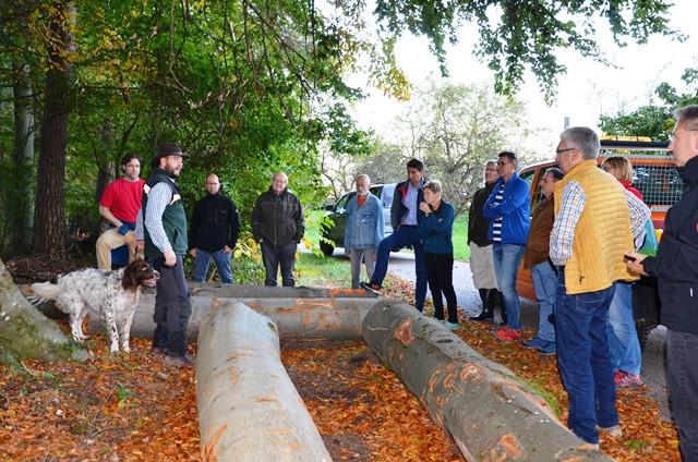 Förster Julian Schmitt (l.) informiert über den Zustand des Waldes.