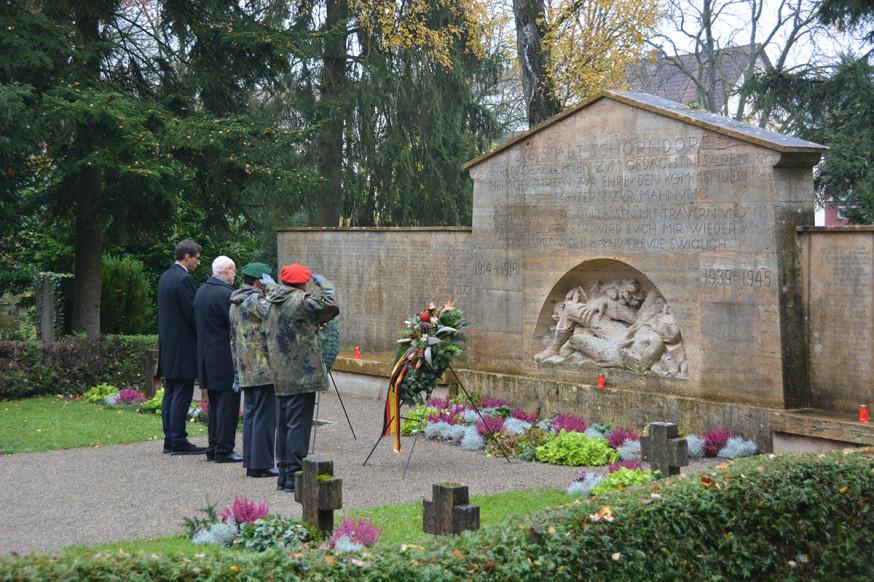 OB Klopfer und Karl-Otto Völker gedenken mit zwei Reservisten den Opfern.