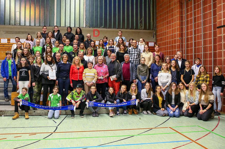 Die auf Landesebene erfolgreichen Sportlerinnen und Sportler mit Edgar Hemmerich, Erster Bürgermeister.