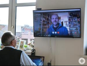 Guido Steinke hielt seinen Vortrag via Internet, Lothar Poloczek (vorne) richtete die Technik ein.