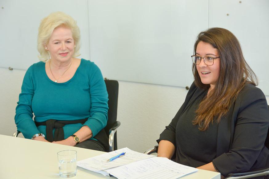 Sarah Mattes (r.) gemeinsam mit Annette Weber, die ihre Baulücke durch das Beratungs- und Unterstützungsangebot der Flächenmanagerin verkauft hat.