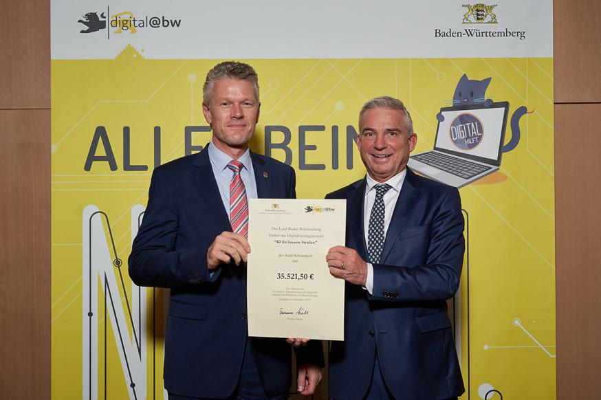 Digitalisierungsminister Thomas Strobl übergibt den Förderbescheid an Erster Bürgermeister Edgar Hemmerich (v.l.)