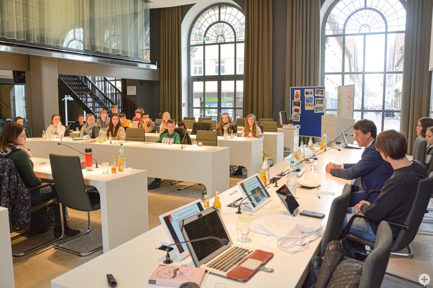 Schülerinnen und Schüler im Gespräch mit Oberbürgermeister Matthias Klopfer.