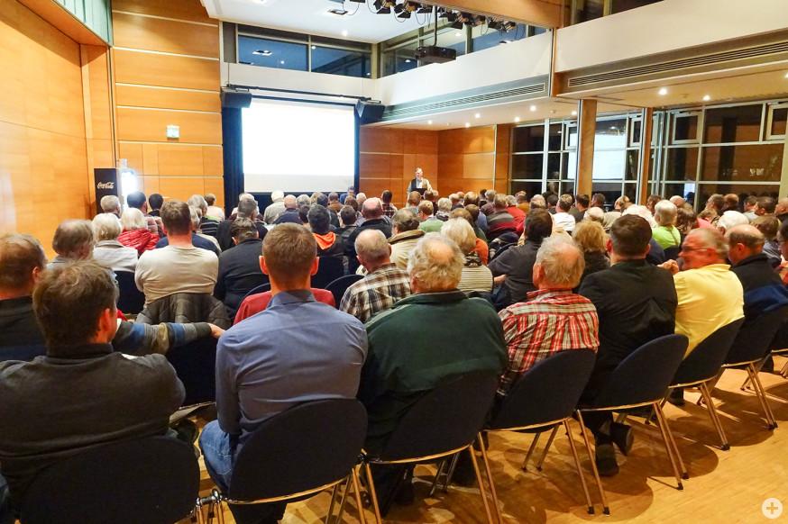 Volles Haus in der Barbara-Künkelin-Halle bei der Hauptversammlung der Jagdgenossenschaften.