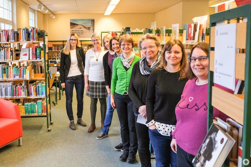 Das Team der Stadtbücherei mit Julia Geiger, Fachbereichsleiterin Kommunales (h.l.).