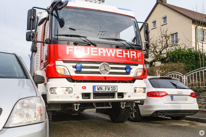 In der Friedrichstraße wurde es eng für das Einsatzfahrzeug der Feuerwehr.