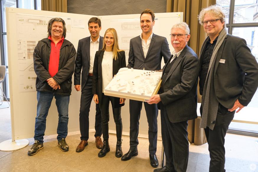 Investoren, Teile der Jury und Architekt (mitte).