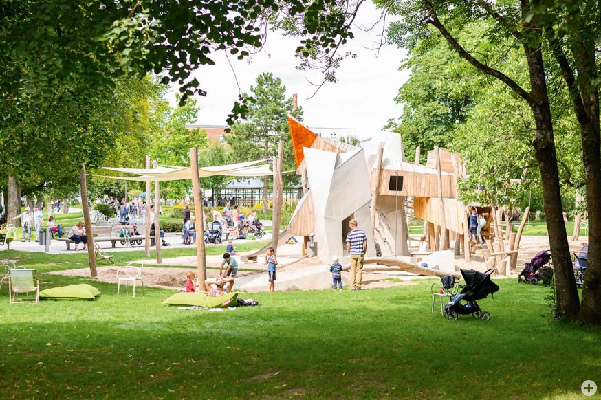 Auch auf dem Spielplatz im Schlosspark ist das Spielen wieder erlaubt – es gelten Hygiene- und Abstandsregeln.