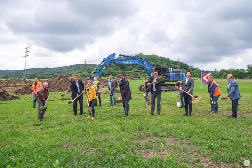 Mit weiteren Schaufeln läuteten die Verantwortlichen den Baubeginn ein.