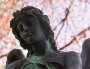 Skulptur eines Engels auf dem Alten Friedhof