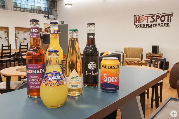 Verschiedene Getränke stehen auf einer Bar.