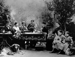 Historische Ansicht von Gottlieb und Emma Daimler mit ihren Kindern