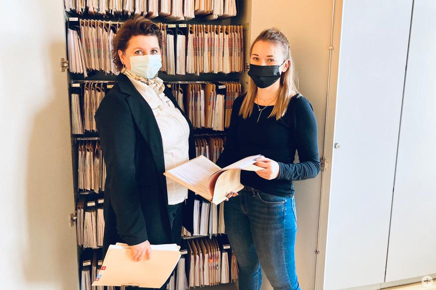 Elvira Kürschner (links) und Sandra Idler vom Fachbereich Wirtschaftsförderung und Grundstücksverkehr, freuen sich über die Erleichterung bei der Aktensuche.