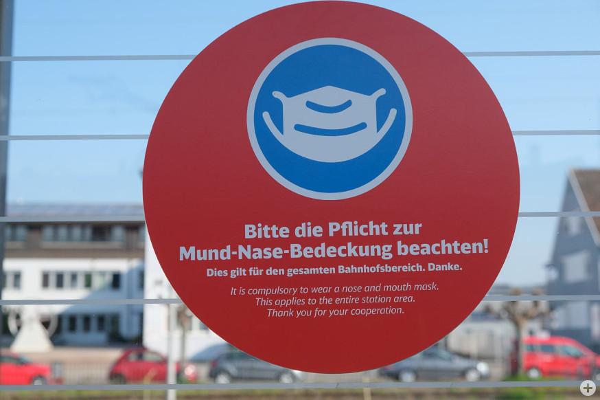 Hinweisschild zur Bedeckung von Mund und Nase am Schorndorfer Bahnhof