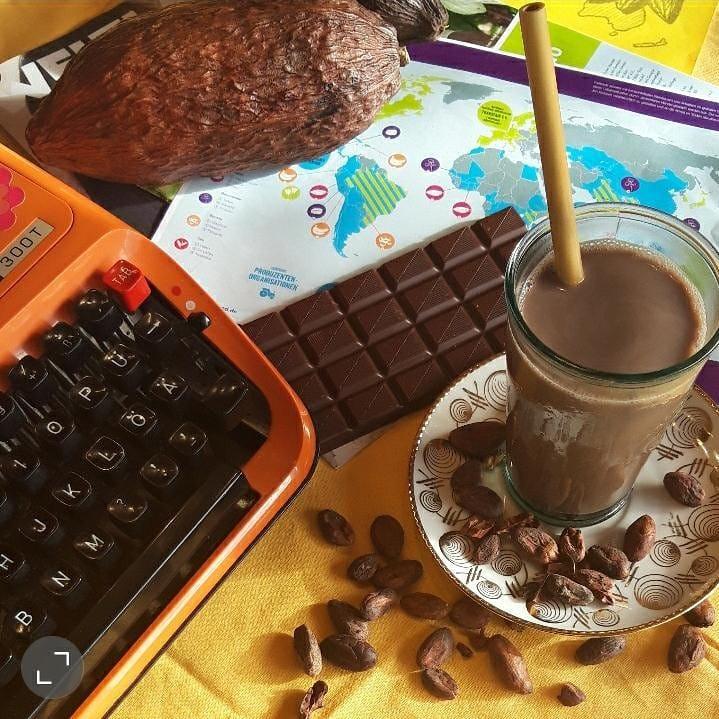 Kakaoufrucht, Schokoladentafel und heiße Schokolade
