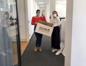 Zwei Mitarbeiterinnen packen Umzugskartons