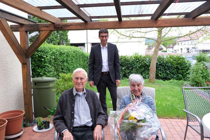 Oberbürgermeister Matthias Klopfer (hinten) besuchte das Ehepaar Schörg anlässlich ihrer Gnadenhochzeit