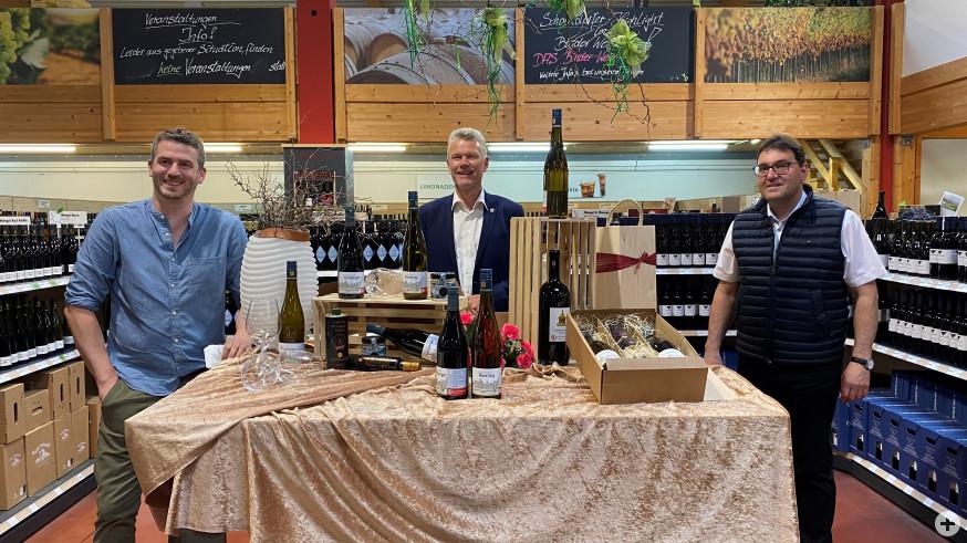 Von links Felix Ellwanger, Erster Bürgermeister Edgar Hemmerich und Joachim Binder bei der Vorstellung des neuen Bürgerstiftungswein