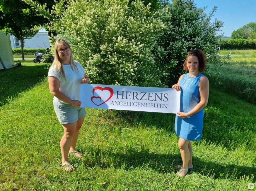 """Simone Halle-Bosch vom Familienzentrum und Simona Lindacher (von links) präsentieren die neue Selbsthilfe Initiative """"Herzensangelegenheiten"""" für Frauen in Trennungskrisen"""