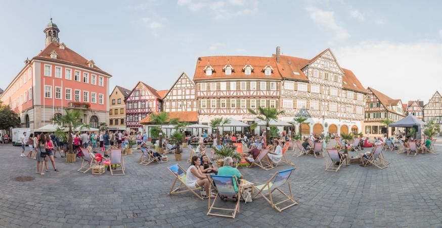 Entspanntes Zusammensitzen auf dem Marktplatz