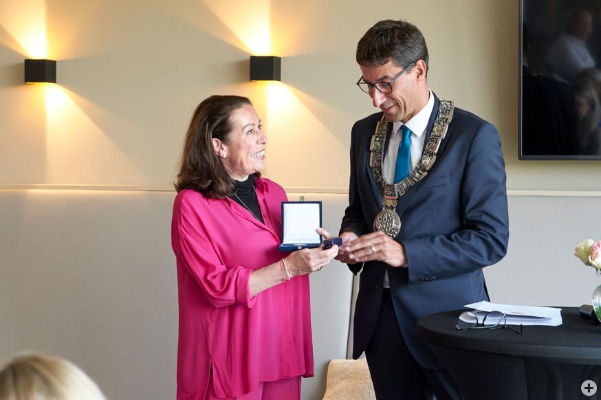 Martina Buckenmaier erhält die Daimlermedaille von Oberbürgermeister Matthias Klopfer.
