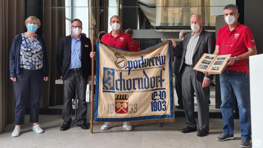 Mitglieder der SG und der Stadtverwaltung Schorndorf halten feierlich die Flagge der SG