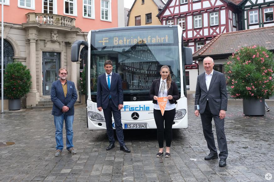 Nilüfer Keskin ist Busfahrerin des Jahres. Es gratulieren OB Klopfer (Mitte), Fischle Geschäftsfüher Ralf Steinmetz (links) und VVS Geschäftsführer Horst Stammler.