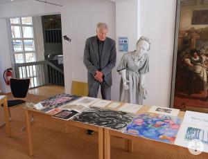 Konrad Oberle mit einigen Werken seines Vaters Werner Oberle.