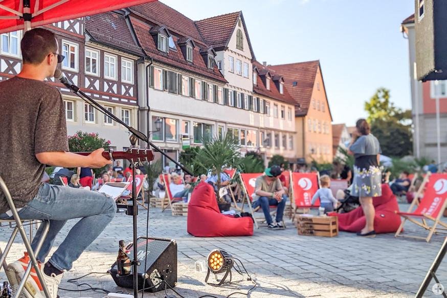 Entspannt auf dem Marktplatz Freunde treffen, Musik hören und das eine oder andere Getränk genießen: Summer in the City.