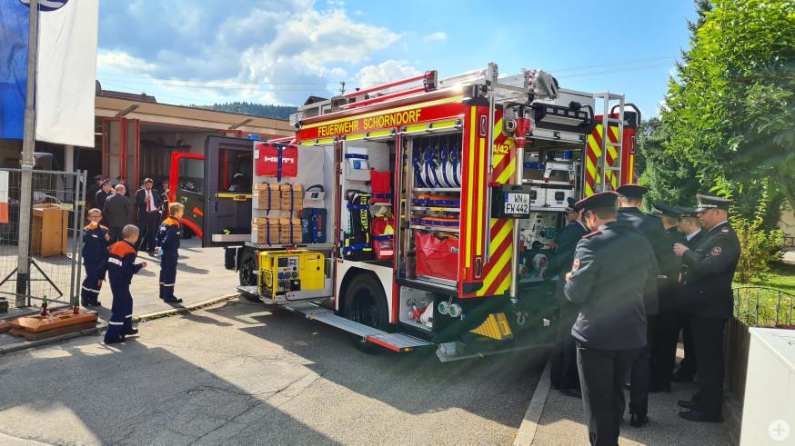 Feuerwehrleute begutachten das neue Löschgruppenfahrzeug