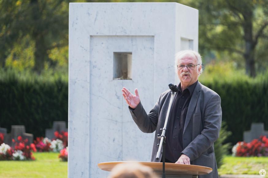 Eberhard Abele, ehemaliger Vorsitzende des Kulturforums, spricht vor dem Brunnen über den Künstler.