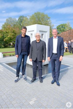 OB Klopfer, Künstler Hüseyn Altin und Jochen Haußmann MdL vor dem Brunnen