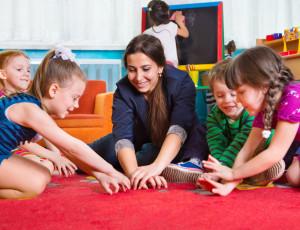 Erzieherin spielt mit den Kindern