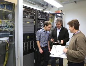 Drei Mitarbeiter der Informations- und Kommunikationstechnik unterhalten sich