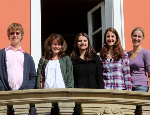 Fünf Azubis stehen nebeneinander auf einem Balkon